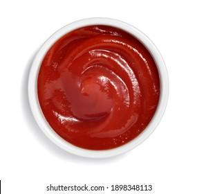 sauce de ketchup dans un ramequin blanc isolé