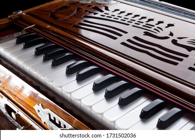 Keyboard instrument typical of Indian music