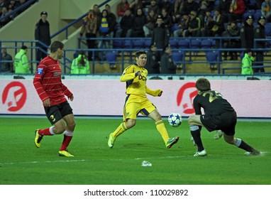 KHARKIV, UKRAINE - APRIL 3: FC Metalurh Zaporizhya GK Dmytro Bezotosnyi (R) in action during football match vs FC Metalist Kharkiv April 3, 2011 in Kharkov.