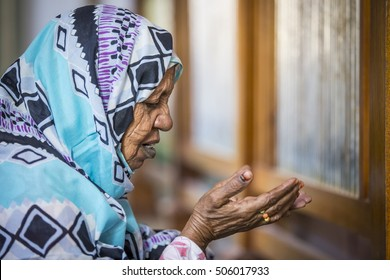 Khartoum, Sudan, December 18th 2015: Sudanese woman in prayer