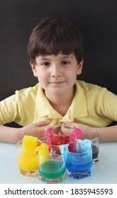 Kind, das mit buntem Wasser experimentiert