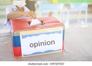 un enfant abandonnant le droit de vote ou de commentaire à la case à cocher pour avoir donné dans la société scolaire en vivant ensemble