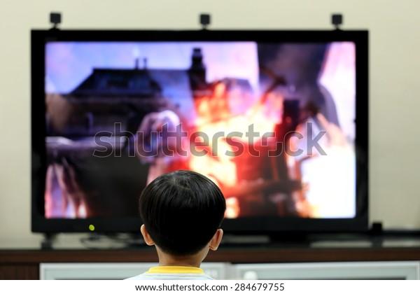 テレビモニターの前で遊ぶ子ども