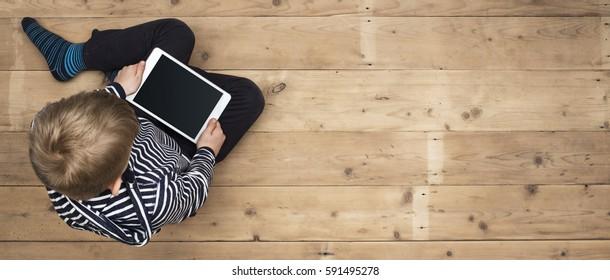 Kind spielt mit seinem Tablet-Kopfbild