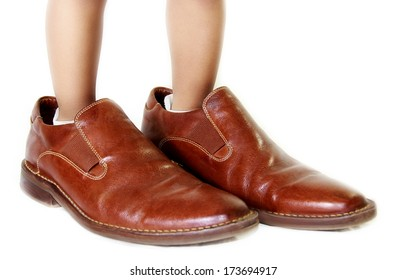 kid with dad�´s shoes