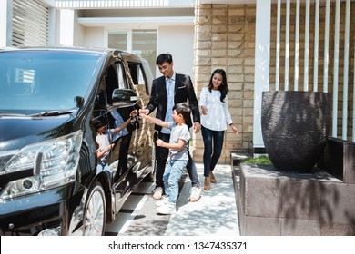 kid try to get in to the car with parent going for vacation