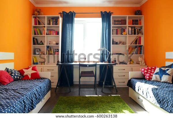 Photo de stock de Chambre pour enfants aux couleurs orange ...