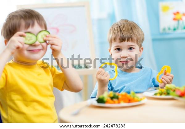 děti jíst zdravé jídlo v mateřské škole nebo doma