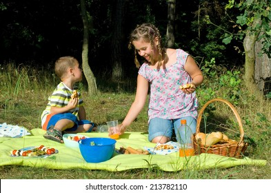 Kids eats a picnic with healthy food