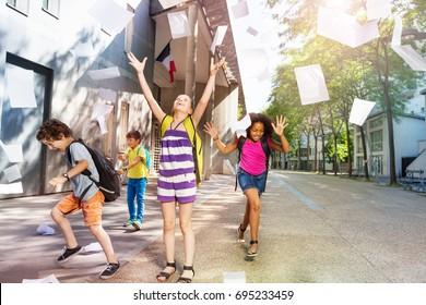Niños divirtiéndose en el patio de la escuela
