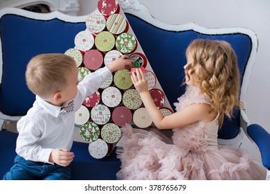 kids opening advent calendar