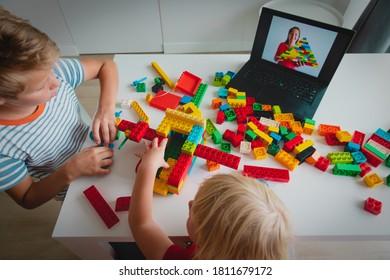 Kinder, die zu Hause mit Konstrukteuren spielen, während des Online-Unterrichts. Fernstudium.