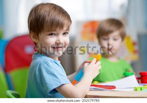 Kinder, die zu Hause mit Ton spielen oder eine Spielschule