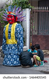 Kids and their ondel-ondel Jakarta puppets. Ondel-ondel is a large puppet figure featured in Betawi folk performance of Jakarta, Indonesia. Juni 03, 2018