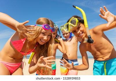 Kinder, die Hände mit Schnorchelmasken schwingen
