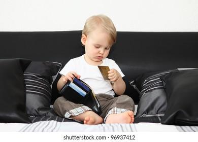 Kind mit der  Kreditkarte
