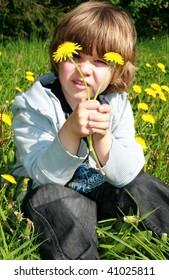 """kinder-boy-flower-to blow-puffball"""