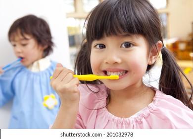 Kindergarten children to brush their teeth