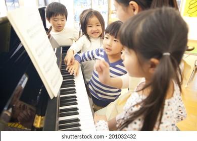 Kindergarten children to collect on piano of kindergarten teachers