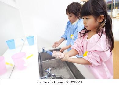 Kindergarten children to wash their hands