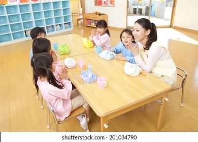 Kindergarten and kindergarten teachers eating lunch