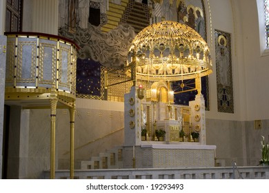 Kirche Am Steinhof (St Leopold Church)  Altar -side view