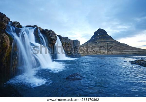 Kirkjufell-Berg mit Wasserfallkaskaden im Eisland