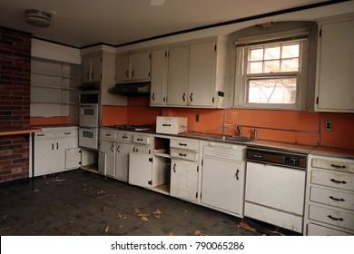 Küche eines verlassenen Bauernhauses. Natürliches Licht.