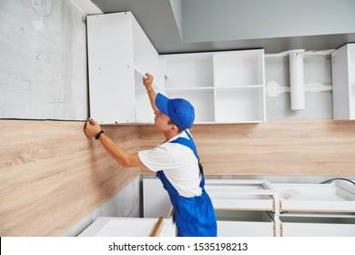 instalación de cocina. Mobiliario de montaje de trabajo