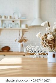 Kochnische Holztisch und unscharfer Küchenhintergrund Skandinavien
