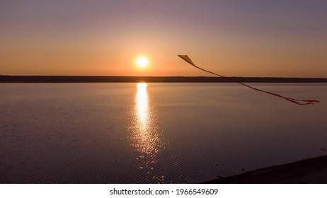 cerf-volant au coucher du soleil