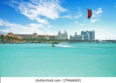 Kitesurfen am Palm Beach auf der Insel Aruba im Karibischen Meer