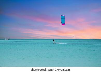 Kitesurfen am Palm Beach auf der Insel Aruba im Karibischen Meer bei Sonnenuntergang