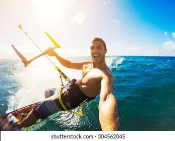 Kiteboarding. Diversión en el océano, Extreme Sport Kitesurfing. Ángulo PDV con cámara de acción