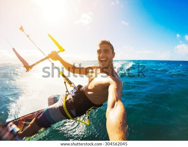 Kiteboard. Plaisir dans l'océan, Extrême Sport Kitesurf. Angle POV avec caméra d'action