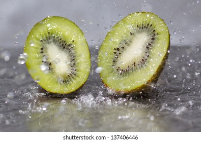 Kiwis falling into the water and splashing water