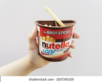 Klang , Malaysia - 7 January 2018 : Hand hold a Nutella & Go! mit Brot-Sticks over white background.