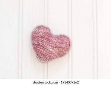 Vernetztes rosafarbenes Herz auf weißem Hintergrund