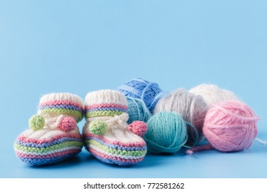 Knitting baby shoes with multicolor yarn