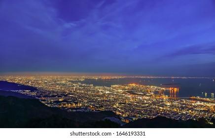 マヤ山菊瀬台公園の展望台から見た神戸市のパノラマは、日の当たる日の入る日の青い空の背景に、1,000万ドルの夜景で有名です。兵庫県、日本
