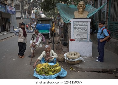 Kolkata, India, January 2008. Daily life on Sudder Street with the sculpture dedicated to Rabindranath Tagore.