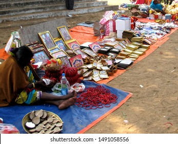 KOLKATA, INDIA – MAY 17, 2009: A Saleswoman is Selling Photos beside the Street.