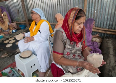 KOLKATA- NOVEMBER 6: Old volunteers making food during a Langar or community kitchen service which in Sikhism refers to free meal for all  on 6th November, 2014 in Kolkata, India