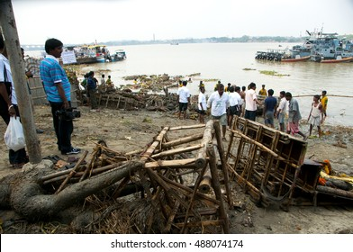 KOLKATA - OCTOBER 18 : group of unidentified people remove the garbage after immersed of Durga idols at Hugli river during Durga Puja festival on October 18, 2010 in Kolkata, India.