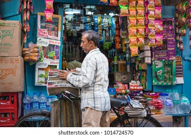 Kolkata, West Bengal, India. 14 May, 2017. Documentary. Unidentified delivery man sorting newspapers at the small retail store.