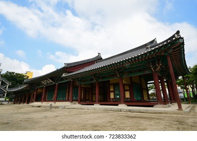 Korea Treasure No. 583 Jeonnju Gaeksa is the inn of the Goryeo and Joseon Dynasty period. Chinese characters in the picture are Pungpaejigwan.