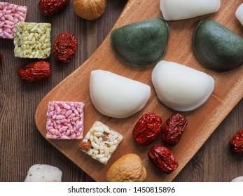 Korean food Songpyeon, half-moon-shaped rice cake, Wind tteok