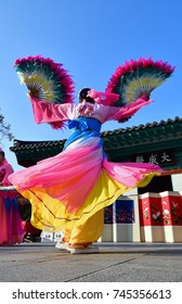 Korean Traditional Fan dance, The Chinese characters in the photo were Daeseongjeon Shrine