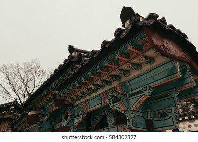 Korean traditional house It is one of the traditional villages in Seoul. The color of the eaves is so beautiful.