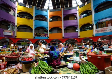 Kota Bharu.27 December 2017 Here is the normal situation in Siti Khadijah Market which is the focus of tourists and locals to buy their daily necessities. If you are visiting Kota Bharu Kelantan, do n